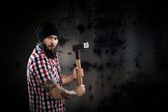 拿着轴的严肃的有胡子的伐木工人 免版税图库摄影