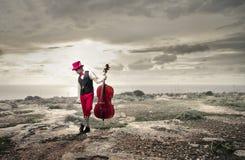 拿着他的中提琴的音乐家 免版税库存图片