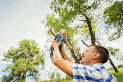 拿着他的儿子的父亲由于的作用 免版税库存图片