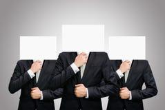 拿着头的前面商人站立的白皮书面孔 免版税库存图片