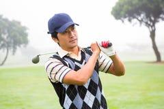 拿着他的在肩膀的高尔夫球运动员俱乐部 免版税库存图片
