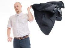 拿着他的夹克的人 免版税库存照片