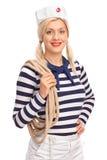 拿着绳索的女性水手 图库摄影
