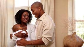 拿着他们的小儿子的愉快的夫妇 股票录像