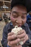拿着他的手极少数米的亚裔农民农夫人 图库摄影