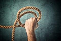 拿着绳索的手 免版税库存图片
