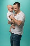 拿着他的男婴的父亲 免版税库存照片