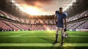 拿着他的盔甲的美国橄榄球运动员 影视素材