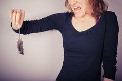 拿着死的老鼠的恶心的妇女 库存图片