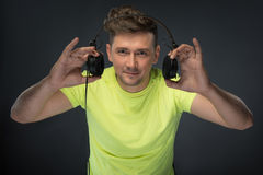 拿着他的耳机的Dj 免版税库存图片