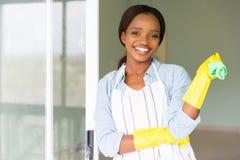 拿着洗碗布的女孩 免版税库存图片