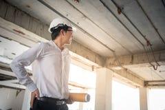 拿着建筑图画的年轻亚裔工程师 库存照片