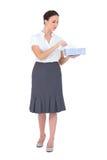 拿着组织箱子的哀伤的女实业家 免版税库存图片