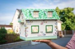 拿着从纸的房地产开发商式样房子 库存图片