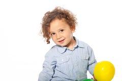 拿着黄色球的逗人喜爱的白种人孩子 库存照片