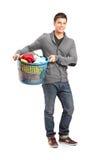 拿着洗衣篮的人 免版税库存图片