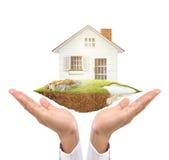 拿着代表房主的房子 免版税库存图片