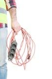 拿着延长绳路的电工建造者的特写镜头手 图库摄影