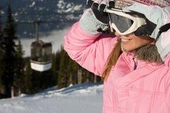 拿着滑雪帽的妇女 库存照片