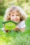 拿着3d房子的愉快的孩子 免版税库存照片