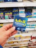 拿着Advil组装的手 库存照片