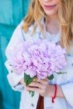 拿着artificia的美丽的嫩花束年轻女性手 库存照片