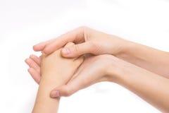 拿着baby& x27的母亲的手; s手 孤立 免版税库存照片
