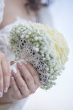 拿着Biedermeier花束的新娘 免版税库存图片