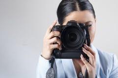 拿着dslr照相机的妇女 库存图片