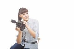 拿着DSLR照相机的摄影师妇女在采取Photograp之前 免版税库存照片