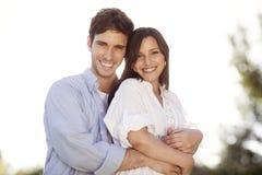 拿着eachother的年轻夫妇在公园 库存照片