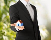 拿着eco房子的人手 免版税库存图片