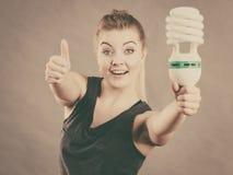 拿着eco现代电灯泡的妇女 图库摄影