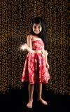 拿着fulzadi或闪闪发光或者火薄脆饼干的印地安小女孩储蓄照片在diwali夜 图库摄影
