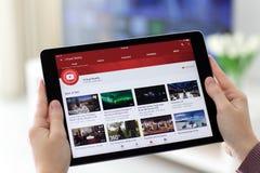 拿着iPad的妇女赞成与录影分享的网站YouTube 库存照片