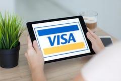 拿着iPad的妇女赞成与付款系统服务签证 免版税库存图片