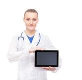 拿着ipad的年轻和愉快的医护人员 库存照片