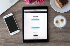 拿着iPad赞成空间的妇女灰色与服务Instagram 图库摄影