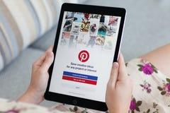拿着iPad赞成空间的妇女灰色与社会互联网Pinterest 免版税库存图片