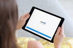 拿着iPad赞成空间的妇女灰色与社会网络LinkedIn 库存图片