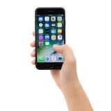 拿着iPhone 7显示的app屏幕的特写镜头,新的iPhone 7是由苹果公司制造的 免版税库存图片