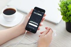 拿着iPhone 6空间的女孩灰色与服务打音乐 免版税库存照片