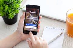 拿着iPhone 6空间的女孩灰色与服务Pinterest 库存图片