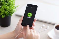 拿着iPhone 6空间的女孩灰色与服务Spotify 库存照片