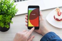 拿着iPhone 6空间的妇女灰色与服务Google+ 免版税库存图片