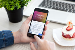 拿着iPhone 6空间的妇女灰色与服务Instagram 免版税库存照片