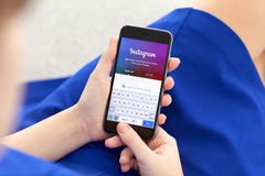 拿着iPhone 6空间的妇女灰色与服务Instagram 库存图片