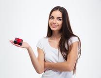 拿着jewerly礼物盒的微笑的逗人喜爱的妇女 免版税图库摄影