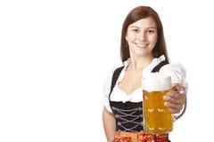 拿着oktoberfest啤酒杯妇女的巴法力亚啤酒 库存图片