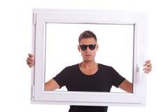 拿着pvc窗架的人 库存图片
